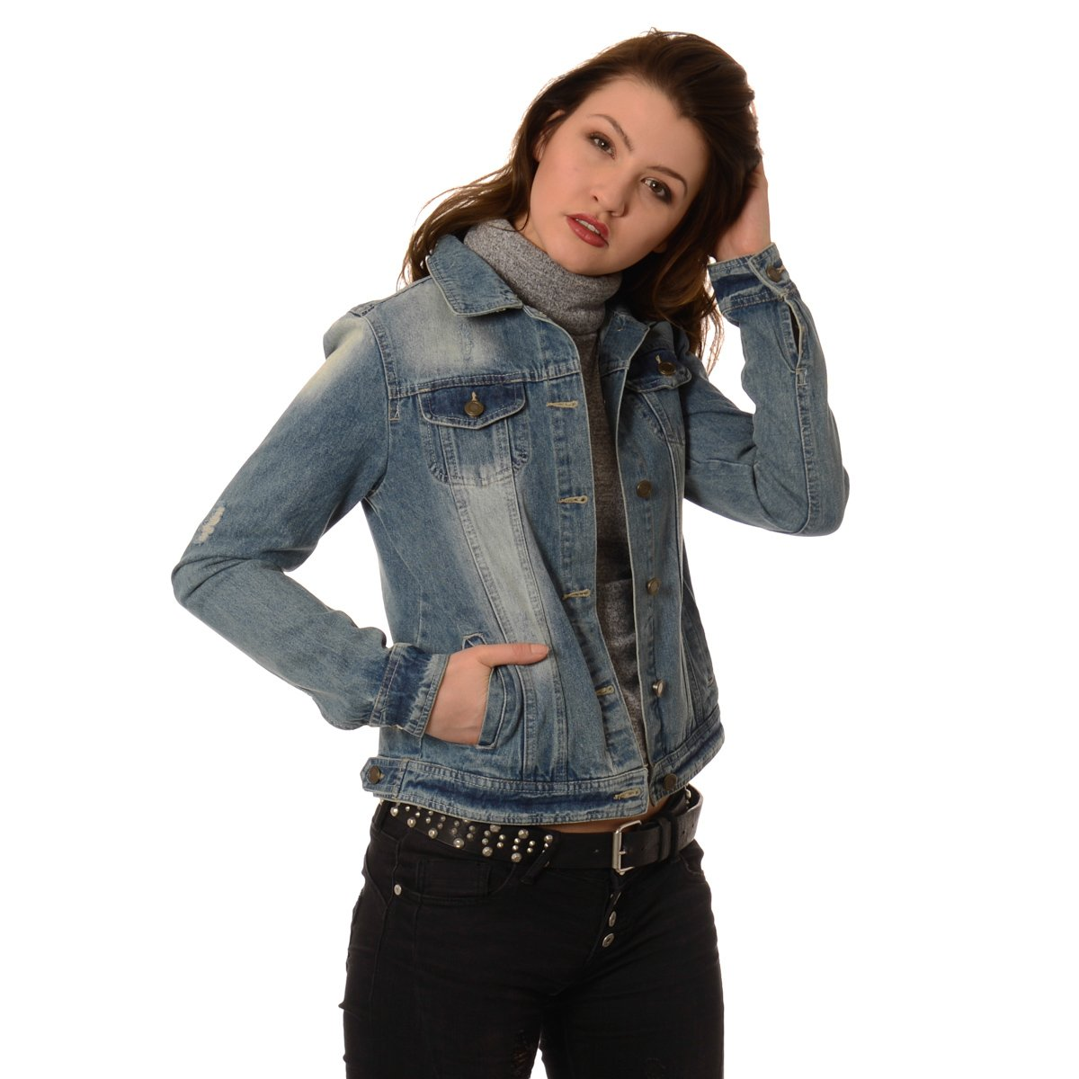 Podczas zakupu zwraca się najczęściej uwagę na materiał, suwaki i obecność kaptura, zupełnie zapomina się o tym, że kurtka – tak samo jak damski sweter czy marynarka – jest częścią wyglądu, który, tak samo jak sukienkę – trzeba skomponować. Do zimowych puchówek najważniejszą sprawą pozostaje wybór obuwia – kozaków w pasującym kolorze i o ciekawej fakturze.